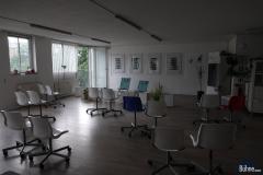 Raum ohne Künstler, aber mit Stühlen.